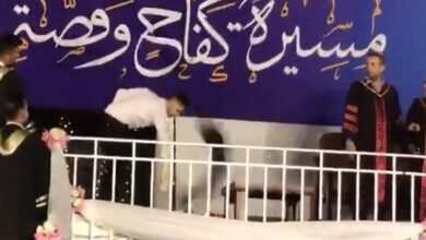 """Photo of ردة فعل خريج فلسطيني جامعي لم يسمحوا لأمه مرافقته إلى منصة التكريم """"فيديو"""""""