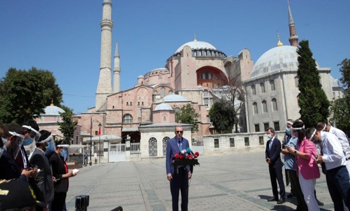 الرئيس التركي رجب طيب أردوغان بعد صلاته الجمعة في آيا صوفيا - وكالات