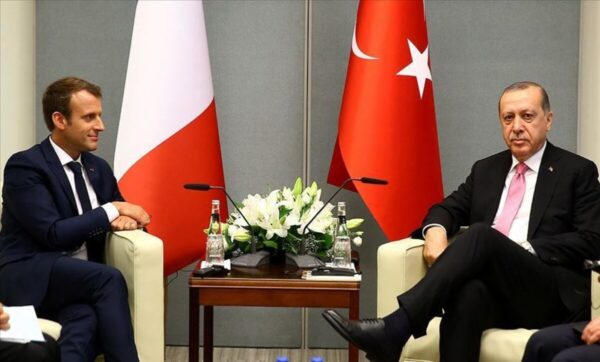 الرئيس التركي رجب طيب أردوغان وإيمانويل ماكرون - وكالات