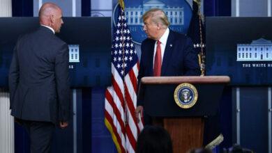 """Photo of دونالد ترامب يغادر بشكل مفاجئ مؤتمراً صحفياً بسبب مشتبه به في البيت الأبيض """"فيديو"""""""