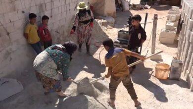 "Photo of ليست بالسهلة حتى على الرجال.. سيدة سورية في إدلب تعمل بمهنة إنتاج الطوب ""فيديو"""
