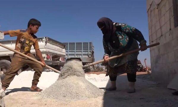 سيدة سورية تعمل في مجال إنتاج الطوب - مدى بوست