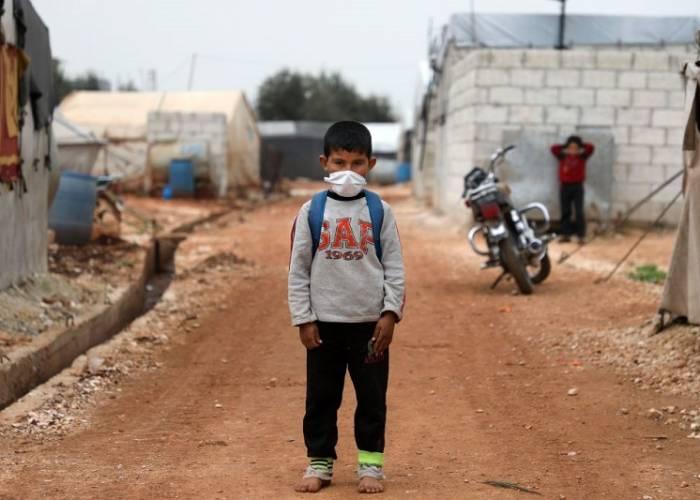 طفل سوري يرتدي كمامة