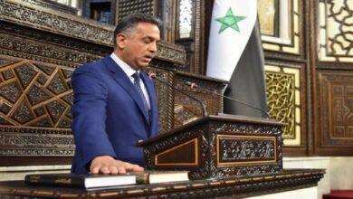 Photo of الفنان عارف الطويل يقسم على القرآن والإنجيل معًا أثناء أدائه اليمين في برلمان الأسد (صور)