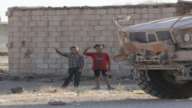 Photo of طفل سوري يدخل إحدى القواعد العسكرية الأمريكية وأصدقاؤه يرقصون قربها (فيديو)