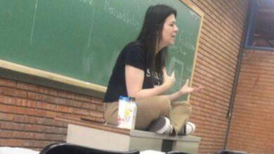 Photo of رحيل معلمة عن الحياة خلال محاضرة أمام طلابها بسبب كورونا (فيديو)
