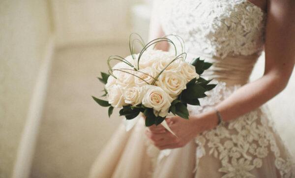 امرأة تحتفل بزفاف زوجها على أخرى