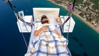 Photo of حلق مع أريكته من قبل.. طيار مظلي تركي ينام في سريره على ارتفاع 800 متراً في الجو