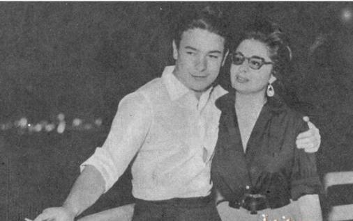 أحمد رمزي مع زوجته