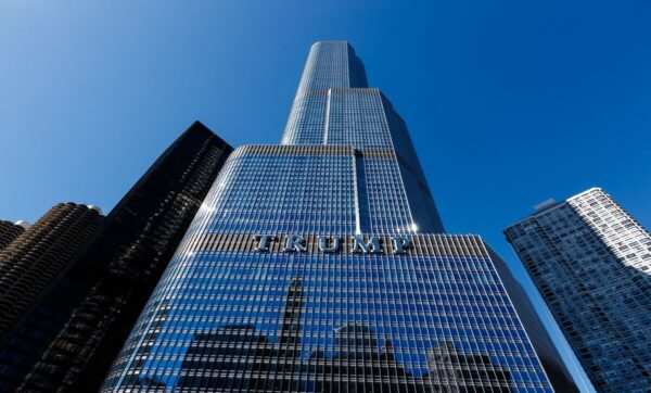 برج ترامب - وكالات - شاب يتسلق برجاً عالياً للتحدث مع ترامب والشرطة تتصرف (فيديو)