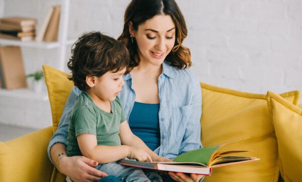 خمسة وسائل لدعم مهارات طفلك في القراءة والكتابة