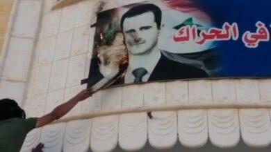 Photo of رجل في درعا يخاطب ضابطاً لدى الأسد: والله لنرجعها 2011 (فيديو)