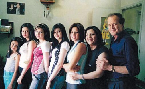 الكاتب هاني السعدي وزوجته وبناته