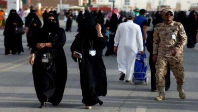 Photo of عشرات السعوديين يتجمعون حول حسناء شقراء ويتسابقون لرؤيتها (فيديو)