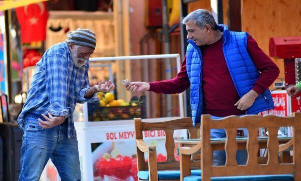 الممثل التركي أضنة - مواقع التواصل جمع 60 ليرة في نصف ساعة.. هذا ما فعله ممثل تركي في شوارع أضنة بهدف التوعية (فيديو)