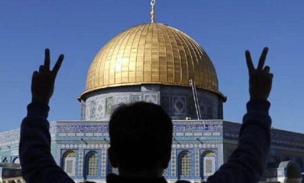 فلسطيني يفعل بسيارته الفرنسية أمراً غير متوقع لنصرة الرسول محمد