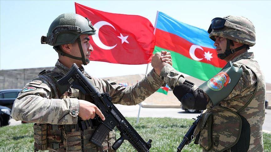 جندي تركي مع جندي أذري