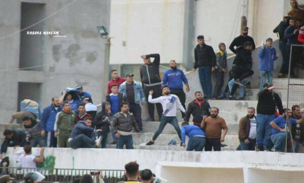 مباراة كرة قدم في الساحل - مواقع التواصل   تبادل للحجارة والكراسي بين جماهير فريقين رياضيين في طرطوس (فيديو)