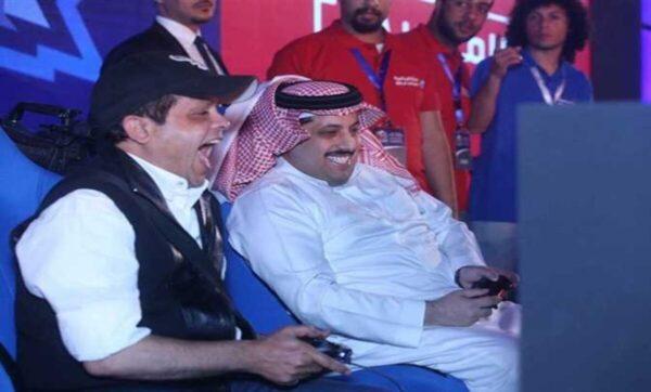 محمد هنيدي وتركي آل الشيخ   محمد هنيدي يتحدى مسؤول سعودي بارز وهذا ما دار بينهما (فيديو)