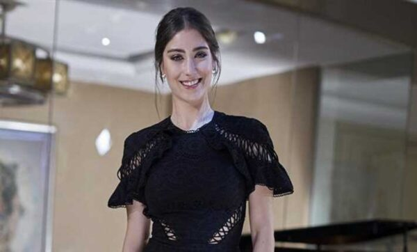 هازال كايا تتكلم 3 لغات وتتعلم الرابعة .. قصة النجمة التركية هازال كايا التي اشتهرت بدور فريحة وفيليز