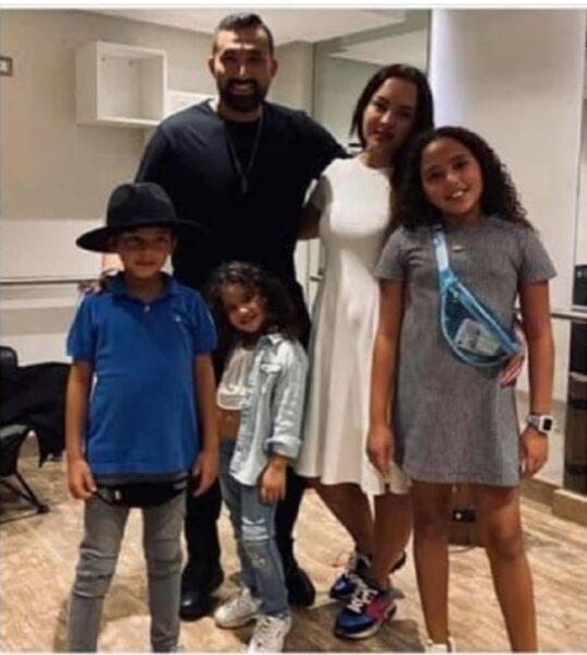 هاني سعد مع عائلته