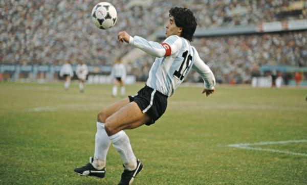 """""""كرة القدم بعدك لا طعم لها"""".. فنانون ومشاهير عرب يودعون الأسطورة الأرجنتيني مارادونا"""