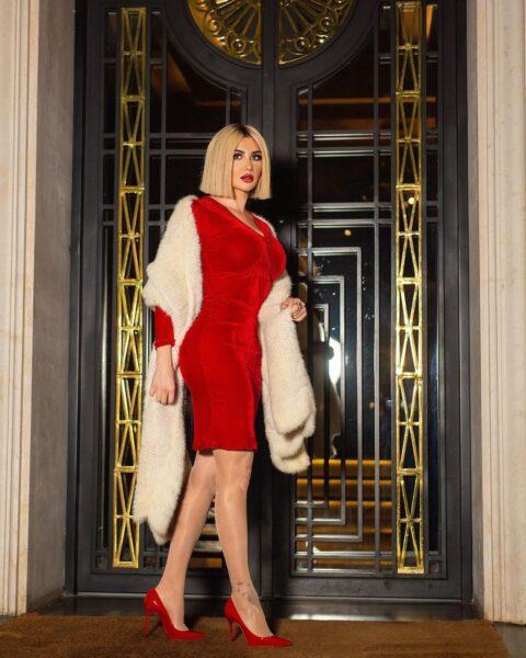 جيني إسبر- مواقع التواصل  جيني إسبر تستبق احتفالات نهاية العام بفستان أحمر جريئ وشعر مختلف