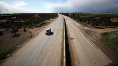 Photo of تركيا تقيم جداراً إسمنتياً على طريق دولي شمال غرب سوريا