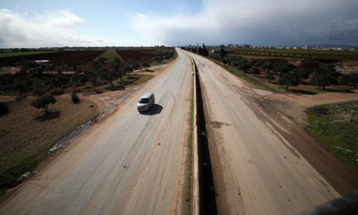 تركيا تقيم جداراً إسمنتياً على طريق دولي شمال غرب سوريا
