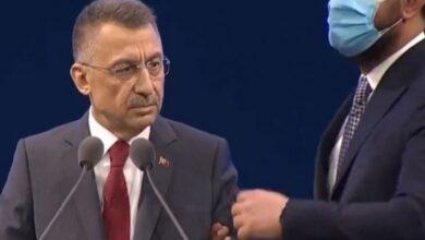 Photo of حالة مفاجئة لـ نائب أردوغان يتوقف بسببها عن كلمته (فيديو)