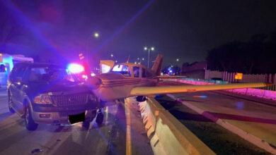 Photo of هبوط طائرة وسط طريق سريع في الولايات المتحدة (فيديو)