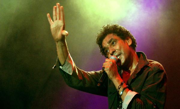 """لقب بـ""""أشهر عازب في مصر"""" وكان لغرق قريته سببًا في تحقيق حلمه.. معلومات عن الفنان محمد منير"""