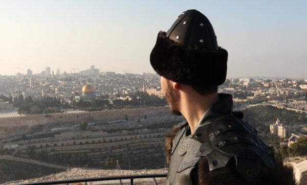 """فنان فلسطيني يستعين بألحان مسلسل """"قيامة أرطغرل"""" لأغنيته الجديدة (فيديو)"""