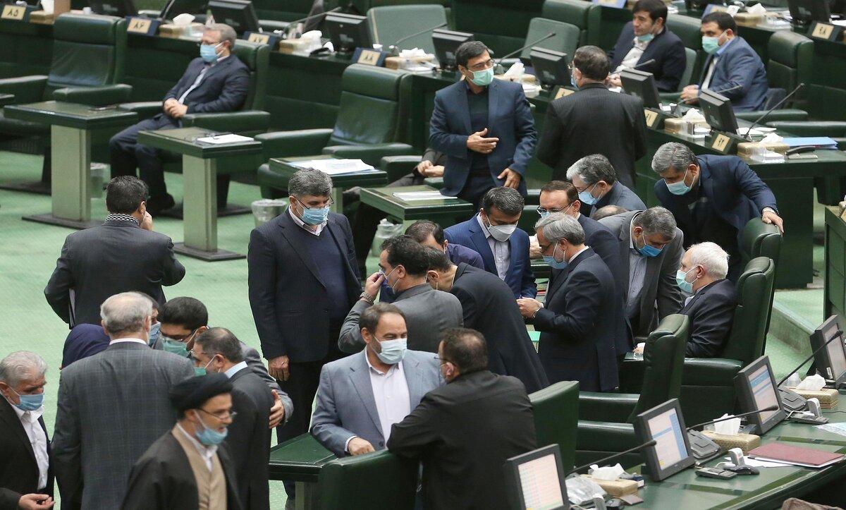 البرلمان الإيراني يوجّه إنذارين لوزير خارجية بلاده بسبب صورة مع ضابط إسرائيلي