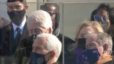 Photo of الرئيس الأمريكي السابق بيل كلينتون يغفو خلال خطاب بايدن في مراسم تنصيب تاريخية (فيديو)