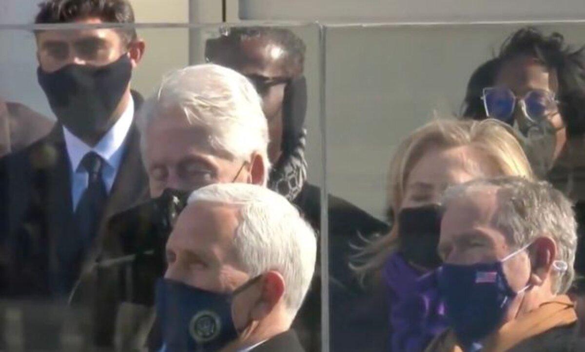 الرئيس الأمريكي السابق بيل كلينتون يغفو خلال خطاب بايدن في مراسم تنصيب تاريخية (فيديو)