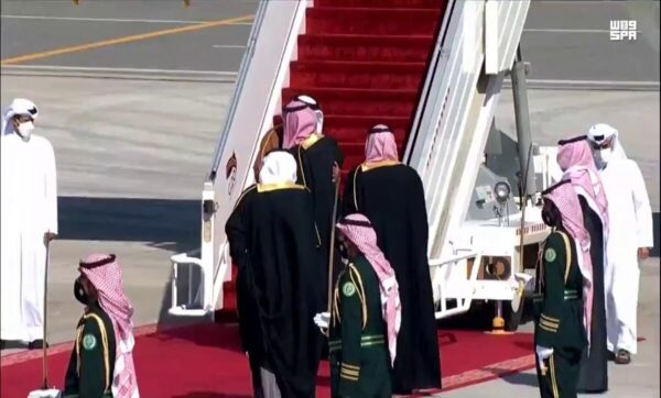 عناق تاريخي بين ولي العهد السعودي و أمير دولة قطر وتحرك مصري نحو القمة الخليجية (فيديو)