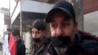 Photo of بشريط لاصق على الفم وشعارات احتجاجية .. حراك شعبي على الفساد في ريف حماة (فيديو)
