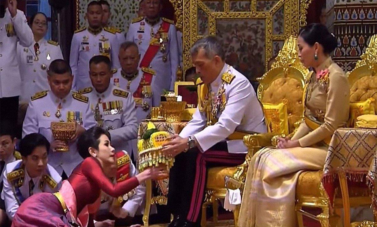 ملك تايلند خلال زواجه من عشيقته بحضور الملكة - أرشيف