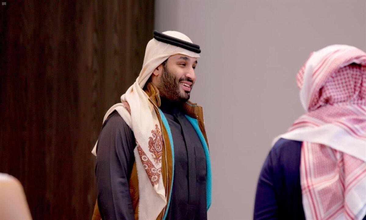 ماحقيقة الأمر؟.. ولي العهد السعودي محمد بن سلمان يرتدي الشال القطري (صور)
