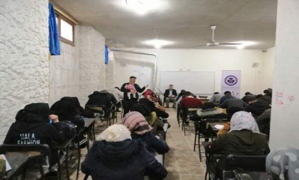 موقف إنساني لأستاذ جامعي سوري مع طالبته خلال امتحانات شمالي سوريا (صورة)