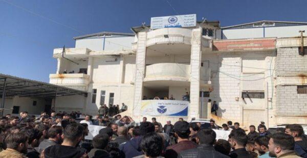 موقف إنساني لأكاديمي سوري مع طالبته خلال امتحانات جامعية شمالي سوريا (صورة)
