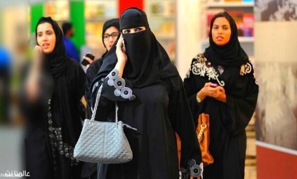 """سعودية تطلب من خطيبها """"كلمة سر"""" هاتفه كشرط في عقد زواجهما"""
