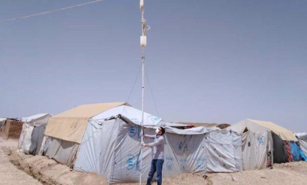 التعليم دون انترنت أو حاسوب .. مشروع جديد لمساعدة النازحين في مخيمات الشمال السوري