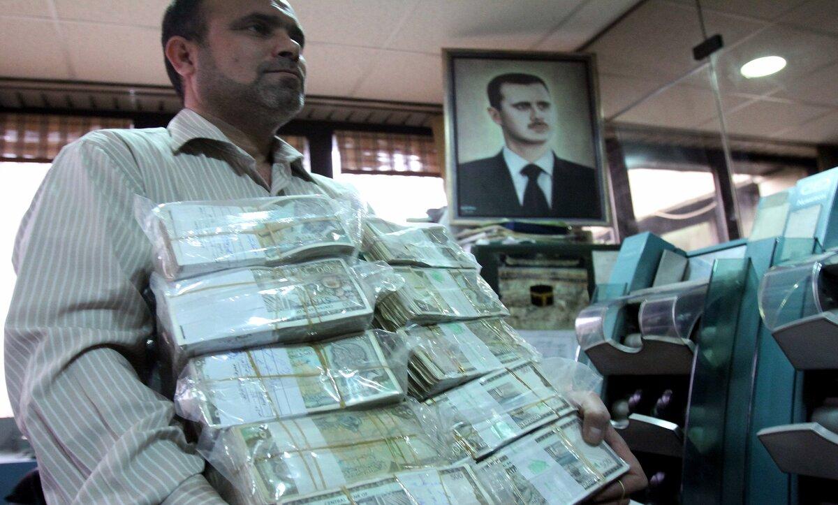 موقع اقتصادي: سياسات الأسد وعوامل أخرى وراء الوضع الحالي لليرة