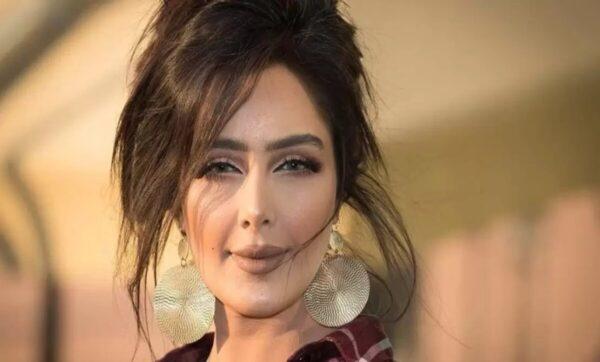 السعودية بدور البراهيم ترد على بوكيه ورد أحمر وصلها إلى غرفتها في الفندق (فيديو)