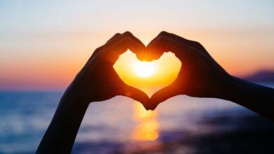 Photo of في يوم الفالنتين .. دراسة أمريكية تنشر 8 علامات تدل على الوقوع في الحب