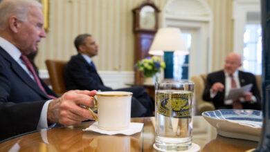 Photo of الرئيس الأمريكي الجديد جو بايدن يقدم قهوته لمراسلة قناة الجزيرة (فيديو)