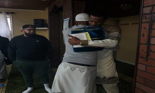 """لاعب أمريكي يعلن إسلامه داخل أحد مساجد الولايات المتحدة: """"أفضل يوم في حياتي"""" (فيديو)"""