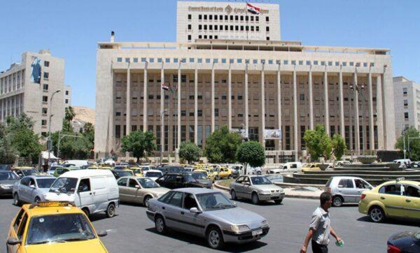 """الليرة السورية تنخفض إلى مستوى قياسي جديد ومصرف الأسد: """"العصافير تزقزق"""""""